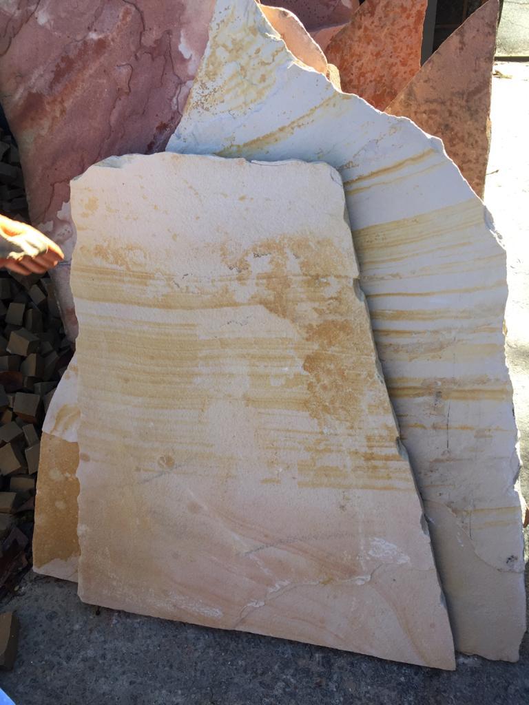 Pedra Cacão de arenito amarelo para jardim - caco grande